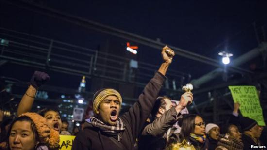 美国多个城市继续示威 抗议白人警察免予起诉(图)