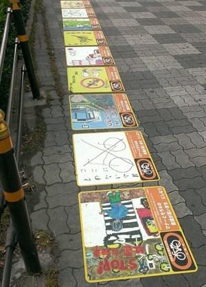 日本火车站路面贴儿童插画 防自行车乱停(图)