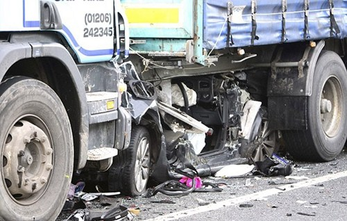 英国公路上大卡车碾碎小轿车 车主幸运逃生(图)