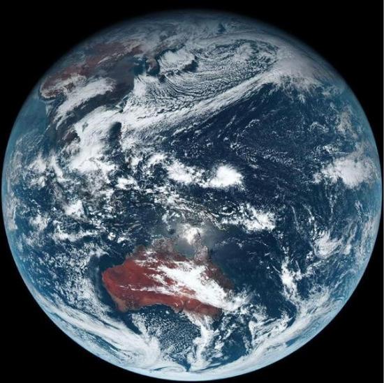 图像拍摄于当地时间上午11点40分左右。使用高分辨率拍摄的日本关东地区周边的黑白图片上,在日本海一侧形成大雪天气的雪成云呈条状移动的样子清晰可见。从地面图片上则可看到迄今无法观测到的东京湾填海造陆部分的地形。   据日本气象厅称,向日葵8号仍处于功能调试阶段,顺利的话最快将于2015年7月左右正式投入使用。   向日葵7号每30分钟对半个地球进行一次观测,向日葵8号的观测频率提高到了每10分钟一次。对日本以及台风周边等特定区域观测时,观测频率可达到2分30秒一次。   向日葵8号除了能及