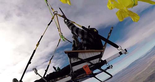 冒险家用氢气球升上高空 逐个击破体验惊险迫降