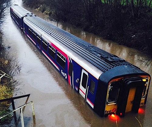 英国突发暴雨致火车瘫痪飞机被困(图)