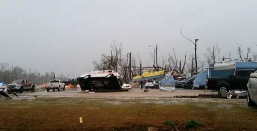 美东南部遭暴风雨侵袭 4人丧生数千家庭断电(图)