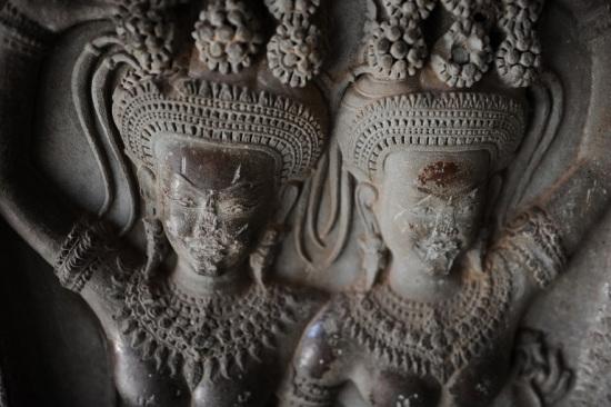 美国年轻姐妹花因在吴哥窟寺庙内互拍裸照被捕