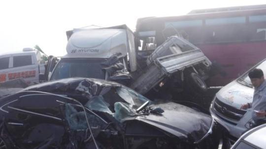 车追尾的重大事故(韩国纽西斯通讯社)-韩百辆车追尾致2死65伤 韩高清图片
