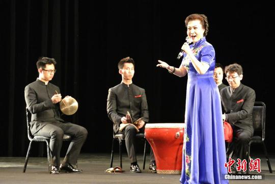 中国侨网当地时间3月6日晚,北京京剧院一团团长王蓉蓉在美国旧金山艺术宫表演京剧唱段。中新社发 刘丹 摄