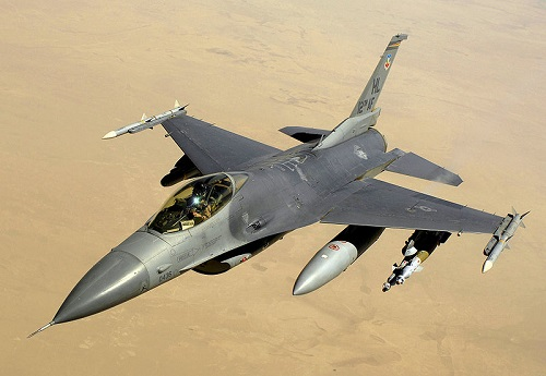 印尼F-16战机起飞前起火冒浓烟驾驶员成功逃生