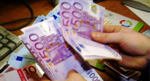 欧盟称欧元区经济增长加快欧盟预计今年欧元区经济增长可达1.5%,比2月份高出0.2个百分点。