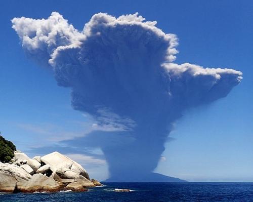 日本鹿儿岛火山喷发1人受伤 安倍指示全力救援