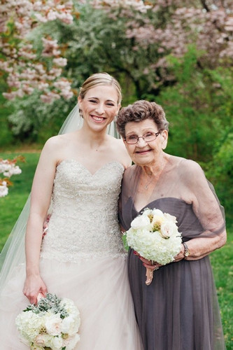 关系似闺蜜孙女新婚请89岁高龄祖母当伴娘(图)