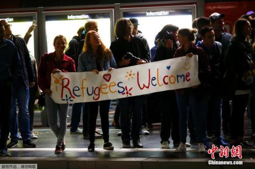 数百难民抵达德国慕尼黑当地民众给糖果以示欢迎