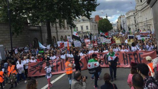 欧洲各城市集会声援难民伦敦民众游行到首相府