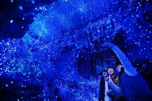 日本魔幻岩洞冬景唯美光影斑斓恍如梦境(组图)