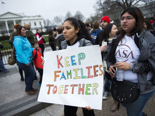 美国联邦特工突击搜捕无证件移民 共121人被抓