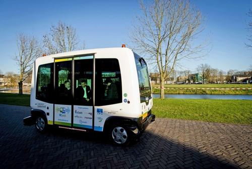 荷兰首试驾无人迷你巴士预计今夏正式投入使用
