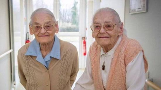 """法国104岁双胞胎姐妹花:长寿秘诀是""""黏在一起"""""""