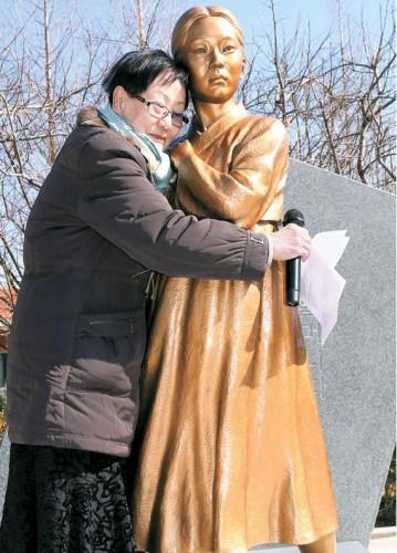 韩釜山慰安妇少女像揭幕由市民筹集捐款建造(图)
