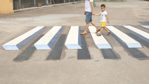 不是眼花了:印度出现3D斑马线提醒减速慢行(图)