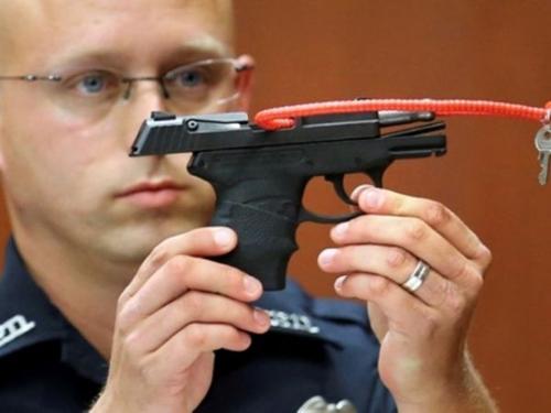 """枪杀黑人少年美国白人警察""""凶器""""反遭热捧?"""