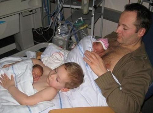 暖哭:丹麦好哥哥抱早产弟弟身贴身传递温暖(图)