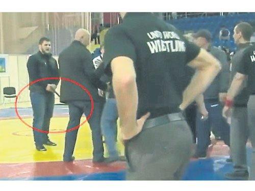 俄罗斯富二代摔跤比赛输不起保镖掏枪恐吓(图)