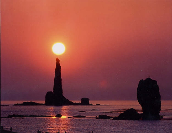 """北海道现奇观""""蜡烛岩""""点燃朝霞景色壮美(图)"""
