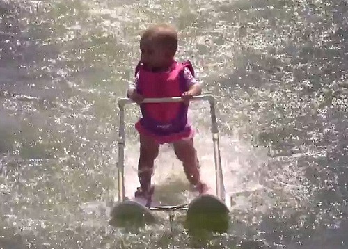6个月大女婴滑水:还没会走路先会水上漂(图)