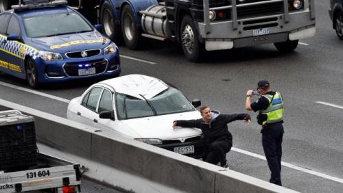 刚逃出可怕车祸应该做啥?小伙开心拍合影(图)