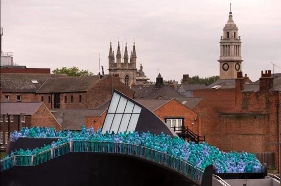 """行走的""""蓝精灵"""":英民众举行蓝色艺术游行(图)"""