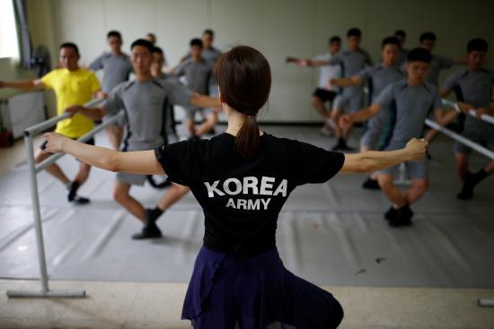 """画面太美!韩军人学芭蕾减压壮汉踮脚变""""天鹅"""""""
