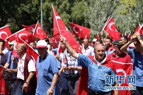 土耳其民众在主要城市抗议军事政变