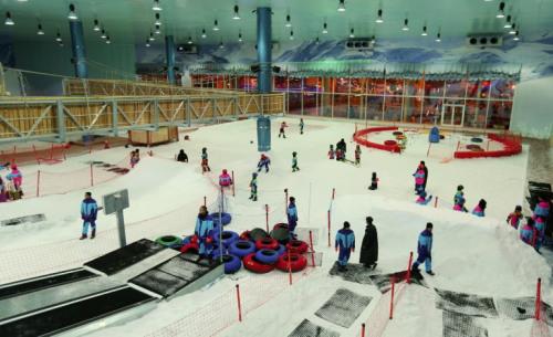 """沙漠中的""""雪城"""":沙特人工滑雪场冰天雪地(图)"""