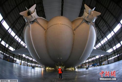 """全球最大飞行器""""天空登陆者""""首次出棚测试(图)"""