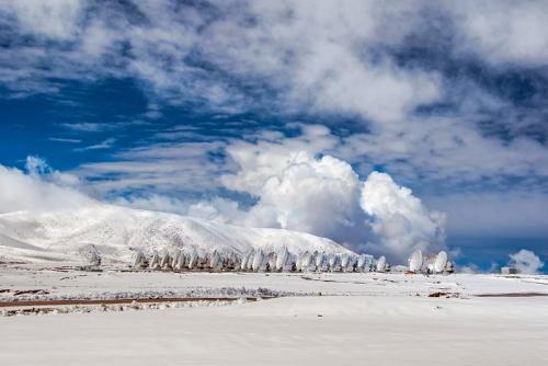 """智利高原落雪天文望远镜披上无暇""""白衣""""(图)"""