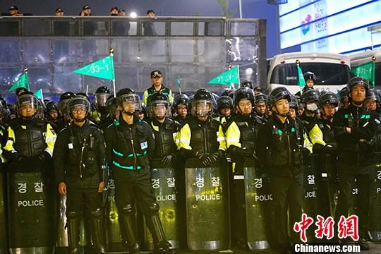 """韩民众举行大规模集会谴责""""亲信干政""""事件"""