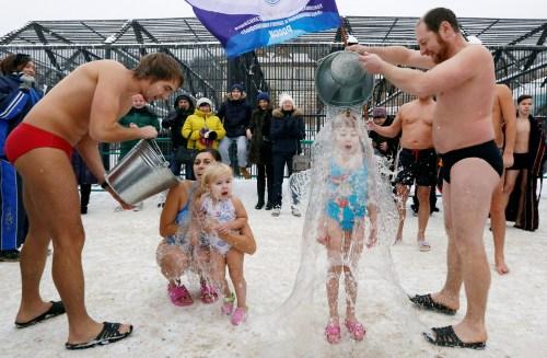 战斗民族的冬天这样过:雪地冰桶挑战庆北极熊日