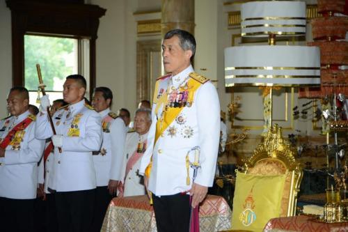 泰国新王哇集拉隆功今天即位继承问题焦虑得以缓解