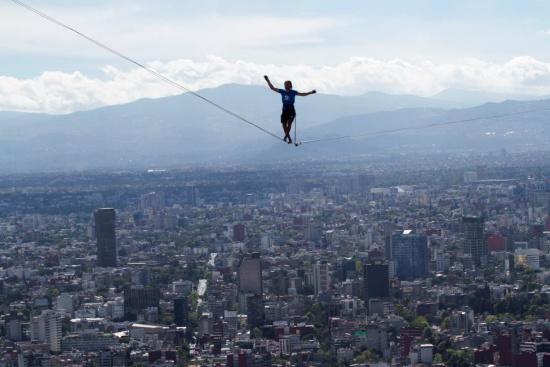 胆色过人!男子在墨西哥最高建筑间表演走钢丝(图)