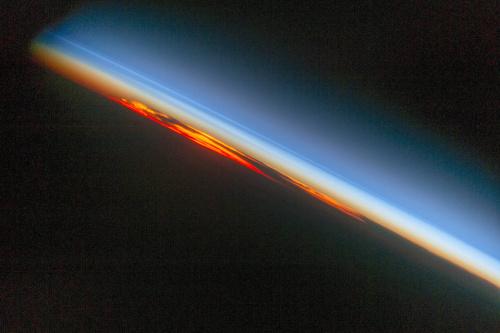 宇航员拍摄大西洋日落红色光芒越过天际耀目如火