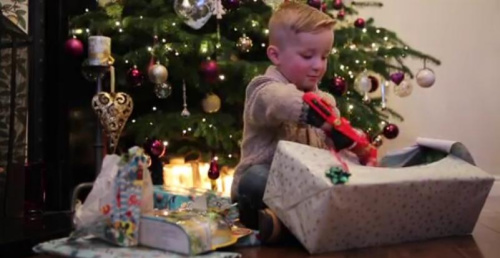 """英4岁男孩天生没右手 圣诞获赠""""钢铁侠""""义肢(图)"""