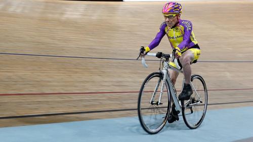 法国105岁老人再破骑行记录一小时骑行超22公里