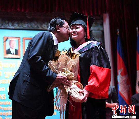 柬埔寨王国首相夫人被授广西民族大学文学名誉博士学位