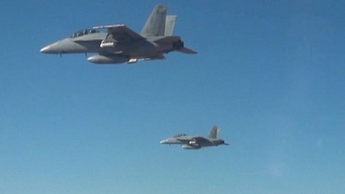 美军用战机释放逾百架微型无人机测试集群飞行