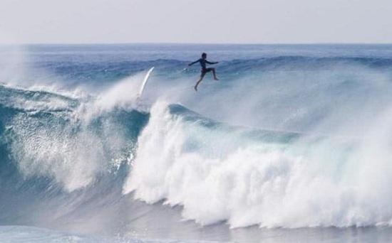 """挑战夏威夷巨浪冲浪者腾空跃起""""踏浪而行""""(图)"""