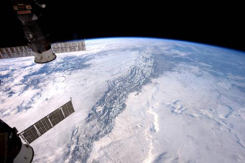 """云层之上:宇航员拍摄落基山脉山峰""""劈开""""云海"""
