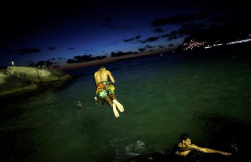 巴西进入盛夏:暮色降临海水颜色瑰丽夜泳享受美景
