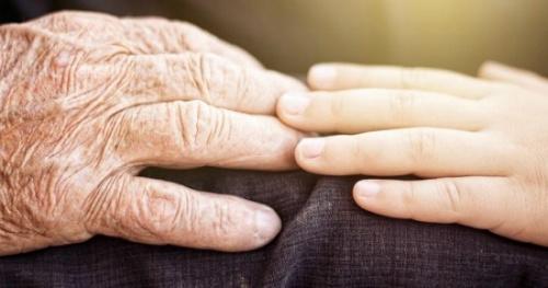 """喜迎""""曾曾曾孙""""英国103岁老奶奶一家六世同堂"""
