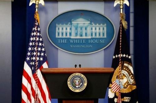"""整治""""泄密门""""白宫新闻秘书检查工作人员手机"""