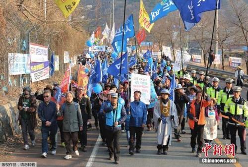 """韩星州民众与警方对峙阻拦""""萨德""""施工用车入场"""