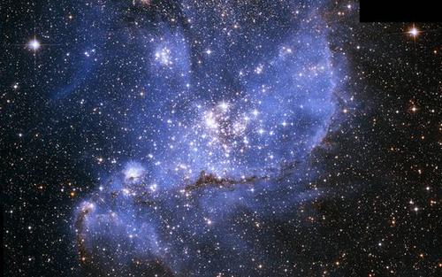"""神奇的""""恒星摇篮"""":蓝雾包裹新星静谧而璀璨"""